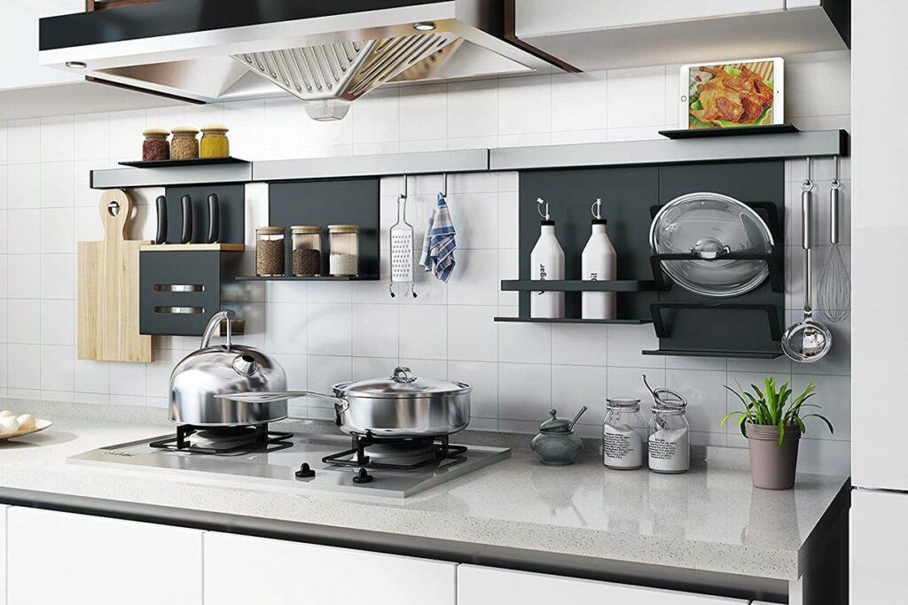 Półki kuchenne vs. reling kuchenny. Co wybrać?